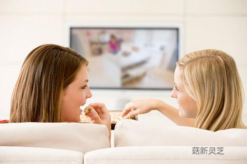 蜷在沙发里看电视 相信很多人尤其是女性看电视时